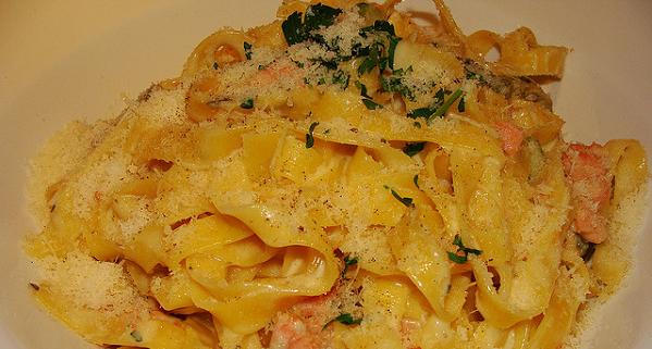 Tallarines con salmón y salsa de queso parmesano