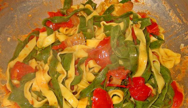 Tallarines de verduras al tomate