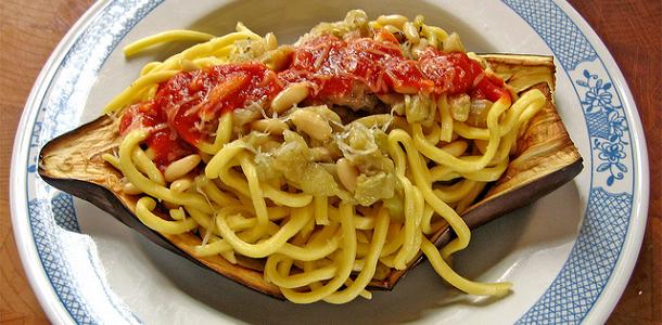 Espaguetis con berenjena y piñones