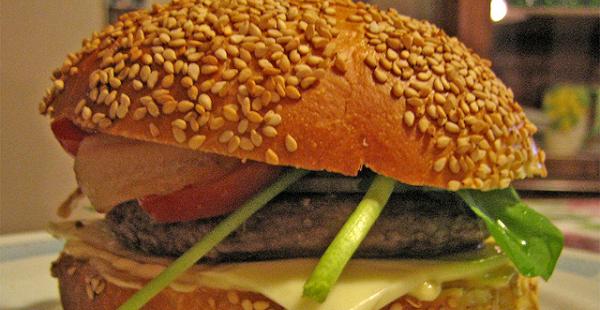 Hamburguesa de ternera con canónigos y queso de cabra