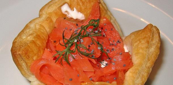 Entrante de hojaldre con salmón y queso