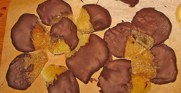 Pétalos de naranja al chocolate
