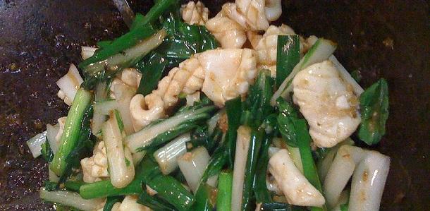 Salteado de calamares y espárragos verdes