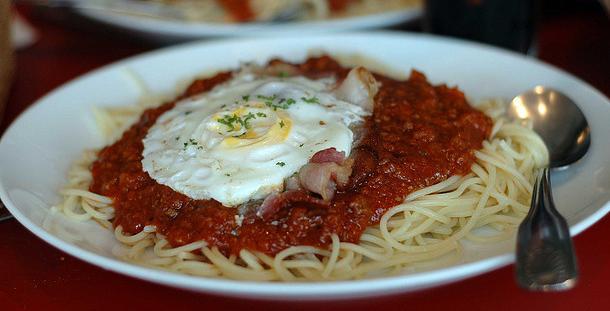 Espaguetis con bacón y huevo frito