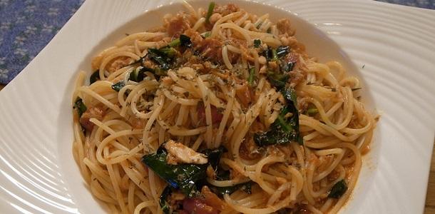 Espaguetis con atún, bacón y brócoli