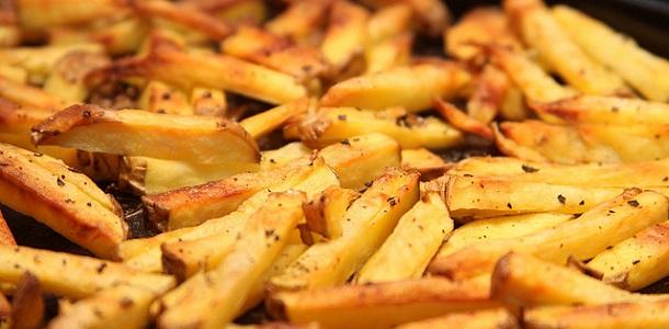 Patatas fritas marinadas con ajo y perejil