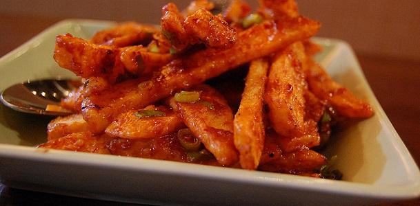 Patatas fritas crujientes con salsa de tomate frito y cebolla
