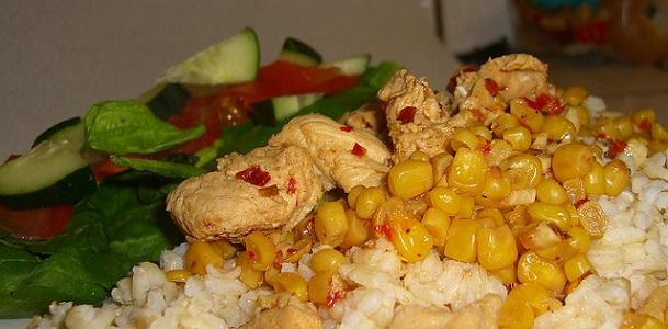 Arroz con pollo marinado y maíz