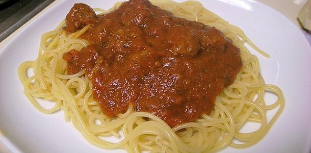 Espaguetis con albóndigas en salsa de tomate