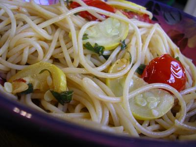 Espaguetis con guindilla y tomates cherry