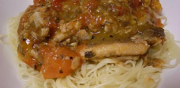 Fideos de arroz con salsa de sardinas y tomate