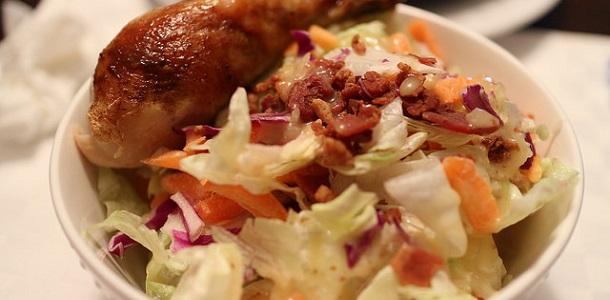 Muslo de pollo al horno con ensalada de col y bacón