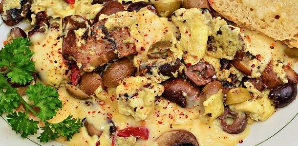 Huevos revueltos con aceitunas negras y champiñones