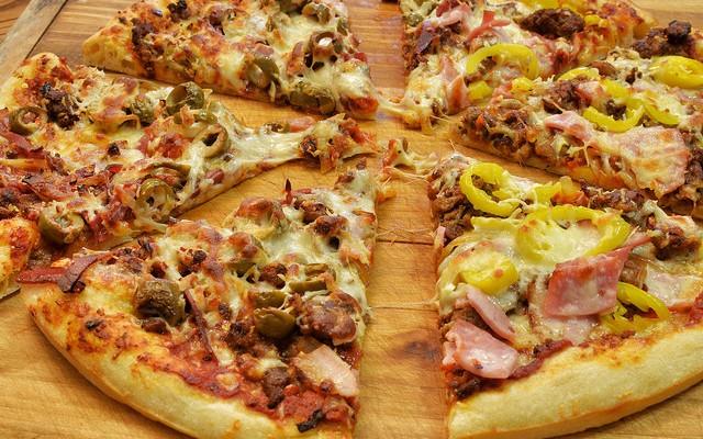 Pizza de jamón cocido y olivas