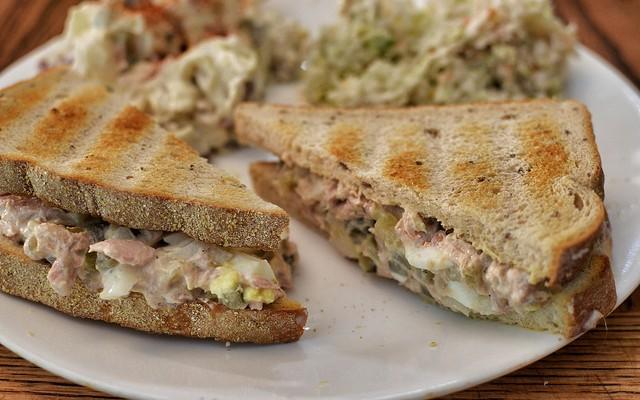 Sándwich de pollo y atún