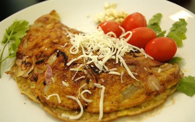 Tortilla rellena de cebolla pochada y queso