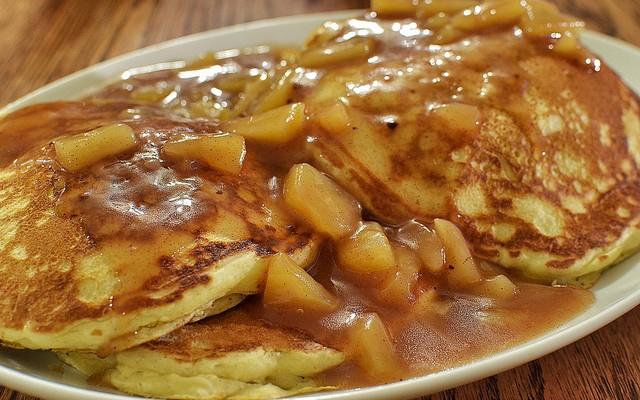 Tortitas con salsa de manzana
