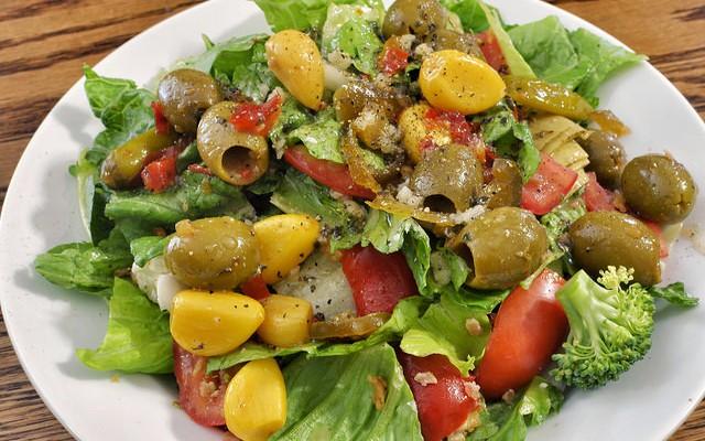 Ensalada con tomates y aceitunas