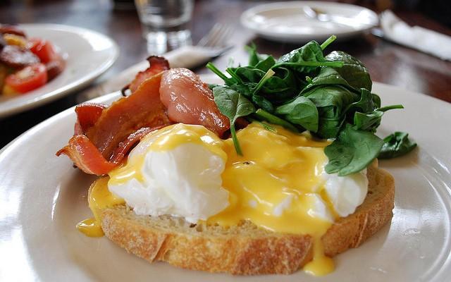 Tosta de huevos escalfados con bacón