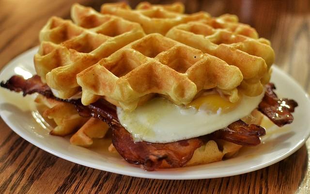 Desayuno completo con gofres