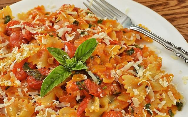 Lacitos con salsa de tomate y atún