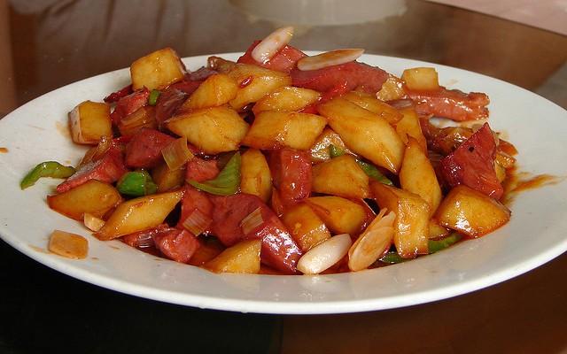 Patatas fritas con pollo agridulce