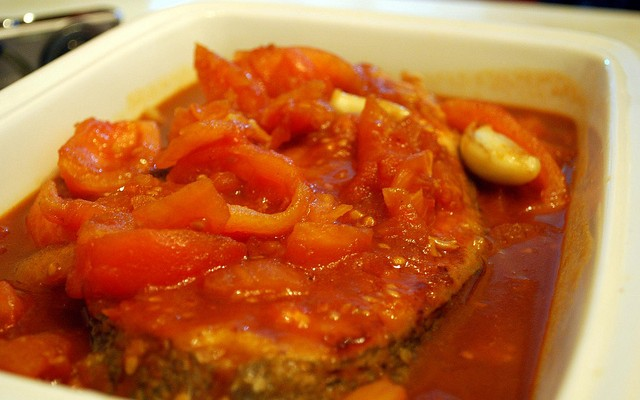 Rodajas de merluza en salsa de tomate frito