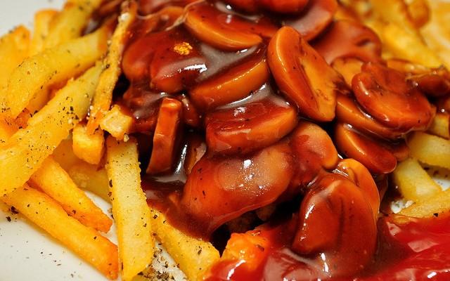 Patatas fritas con salsa de champiñones y tomate