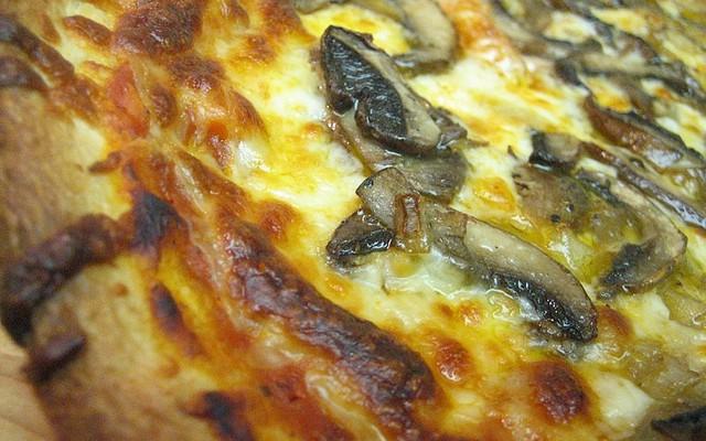 Pizza de setas, cebolla y jamón