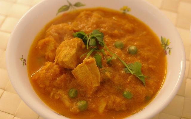 Pollo con maíz al curry suave