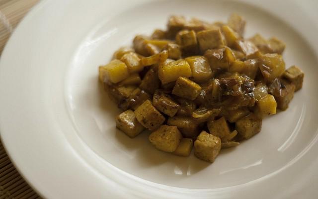 Salteado de tofu, piñones y manzana