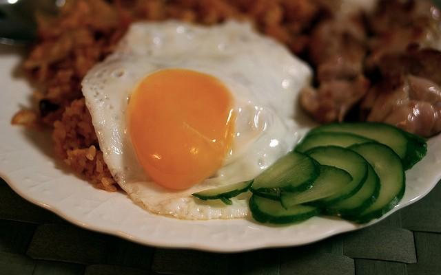 Arroz con cerdo y huevo frito