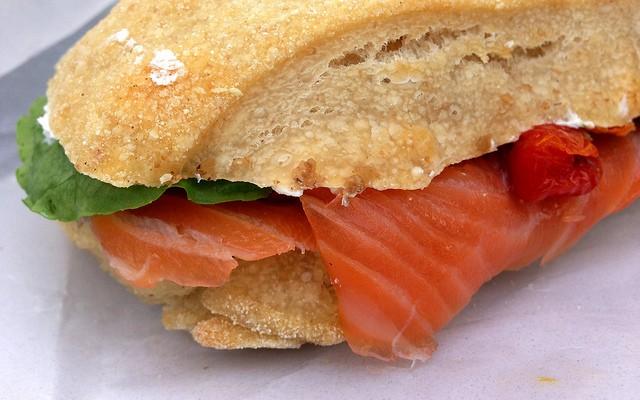 Sándiwch de salmón con mayonesa de soja